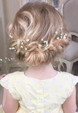 Peinado niña recogido flojo con flores