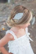 Peinado niña recogido sencillo con diadema bordada
